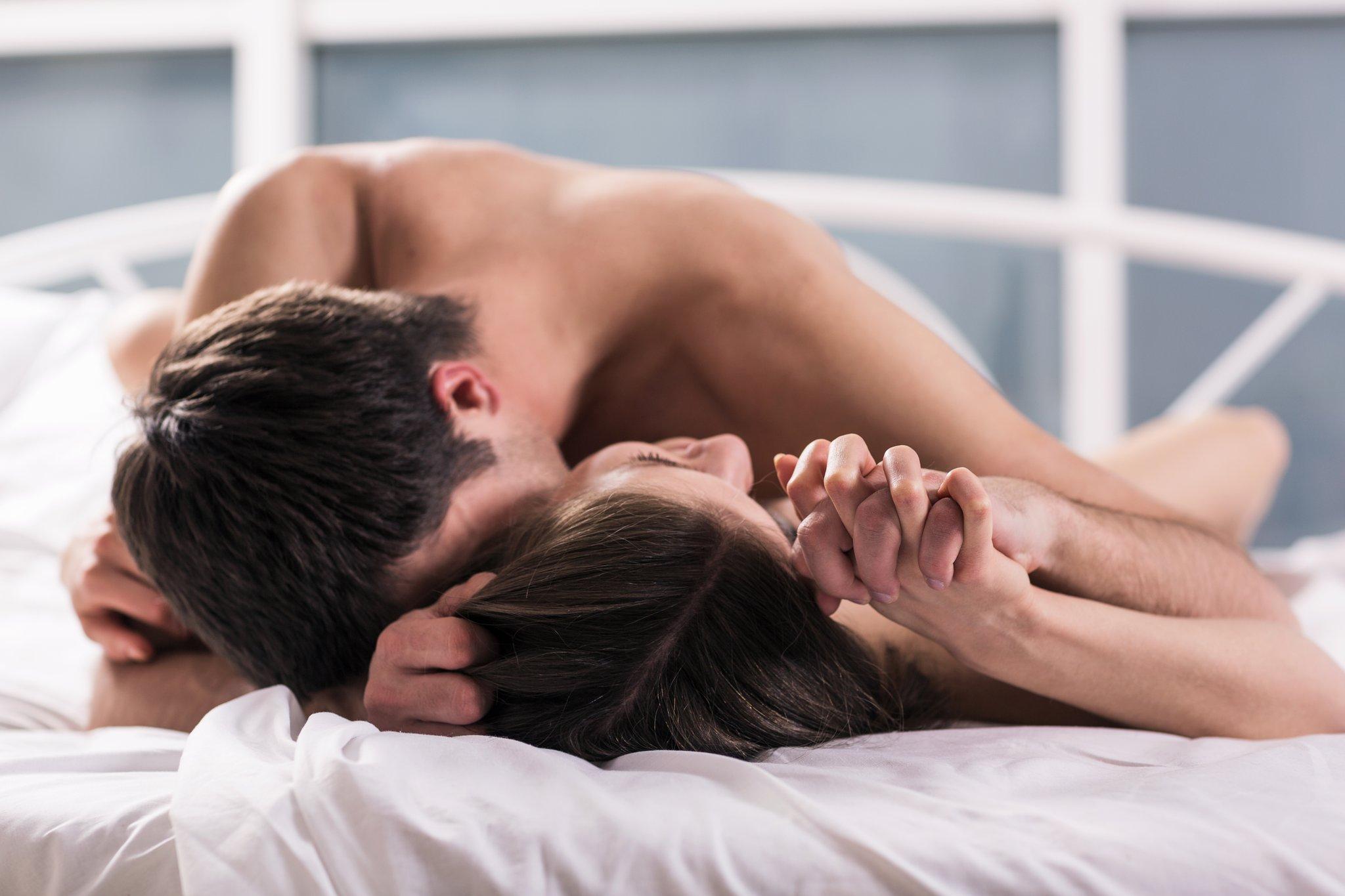снимал целуются в постели все видео обнаженной женской висячей